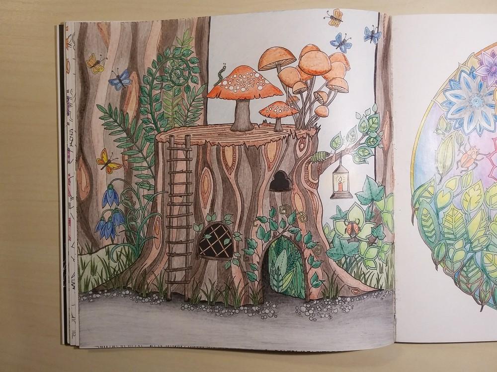 Ausmalbuch bemalte Seite Baumstumpf