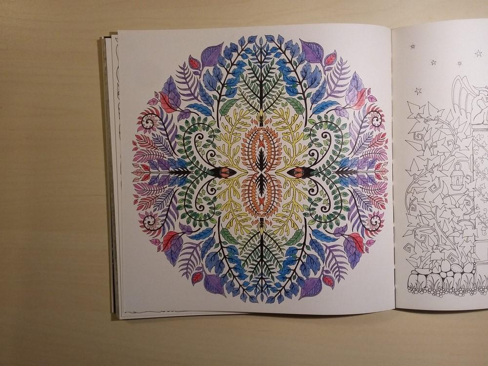Ausmalbuch bemalte Seite Mandala