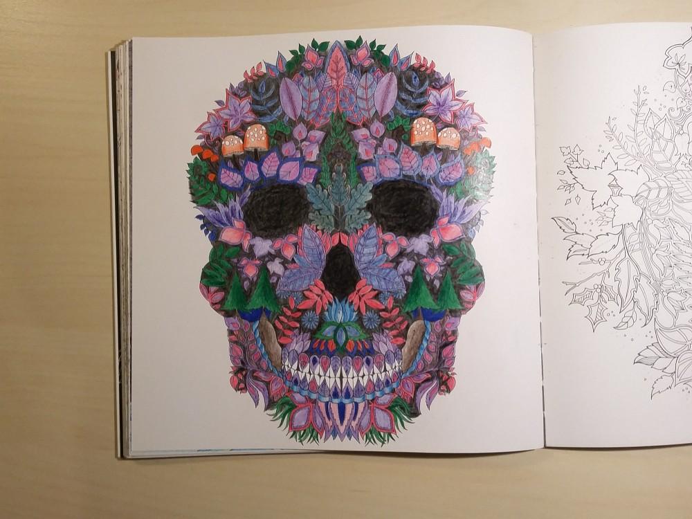 Ausmalbuch bemalte Seite Totenkopf