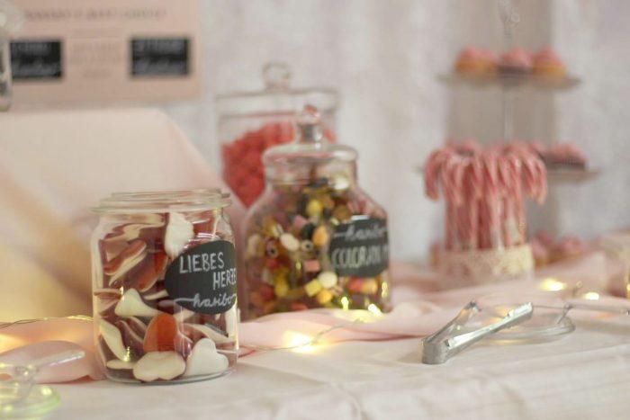 Nahaufnahme der Candybar für eine Hochzeit in rosa und weiß