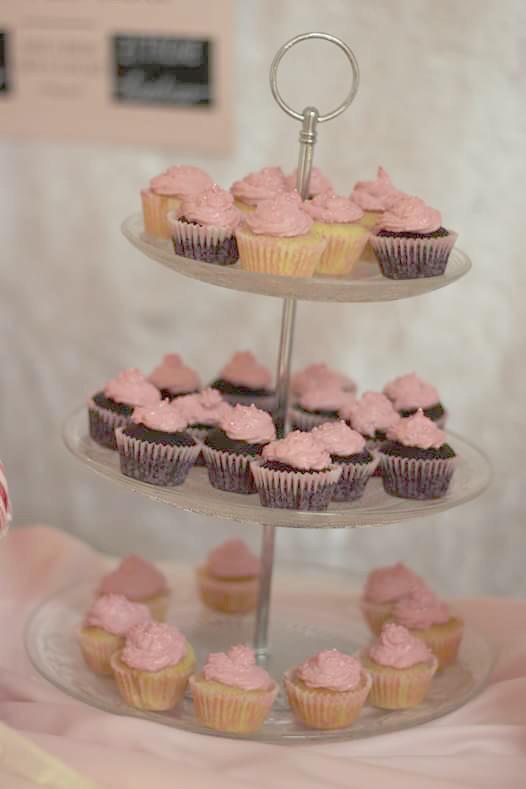 Rosa Mini-Cupcakes auf einer Etagere