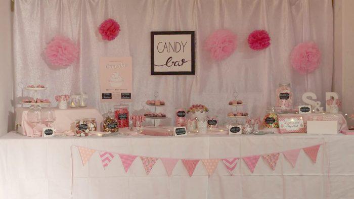 Frontalansicht der Candybar für eine Hochzeit in rosa und weiß