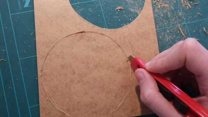 Foto, wie der Untersetzer mit dem Cutter ausgeschnitten wird
